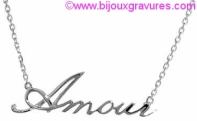 Gravure chaine pendentif et gourrmette lettre découpée