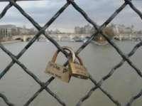 Les cadenas d'amour (ou Love Locks en anglais) sont des cadenas que les couples amoureux accrochent sur des ponts ou des équipements publics pour symboliser leur amour. Les cadenas comportent parfois les noms de ceux qui les accrochent, ou une autre inscription décrivant leur relation. Il est d'usage de jeter ensuite la clé, par exemple dans la rivière qui coule sous le pont. Cette